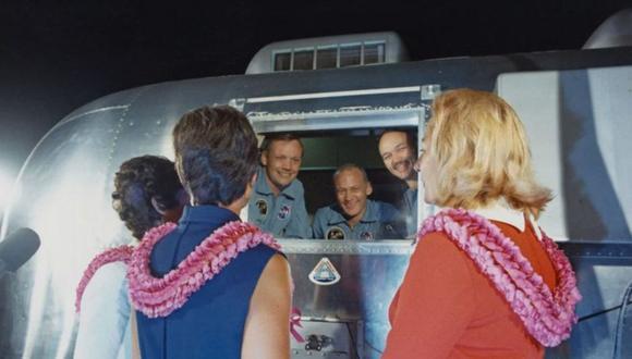 Los astronautas del Apolo 11 fueron puestos en cuarentena después del aterrizaje, pero hubo una brecha cuando fueron recogidos en el mar. (Foto: Getty Images, vía BBC Mundo).
