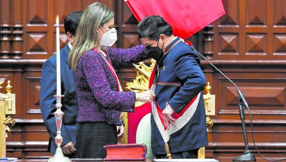 Castillo recibió la banda presidencial de la titular del Legislativo, María del Carmen Alva, de Acción Popular. Su primer discurso como mandatario duró más de una hora. (Foto: Congreso de la República)