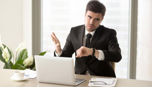 Existen compañías que cuentan con la modalidad de tardanzas acumuladas para reglamentar el ingreso del personal. (Foto: Freepik)
