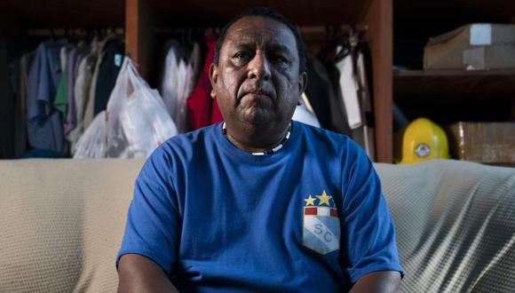 Franklin Anchahua posa en la habitación que comparte con su padre en Queens, Nueva York. Anchahua fue uno de los cientos de inmigrantes hispanos que limpiaron el bao Manhattan tras los ataques del 11 de septiembre. (Foto: AP /John Minchillo).