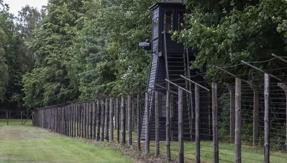 Imagen de archivo del campo nazi Stutthof, tomada el 21 de julio de 2020, donde se puede apreciar una cerca de alambre de púas y una torre de vigilancia. (Foto: Wojtek RADWANSKI / AFP)