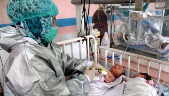 Imagen referencial. Una enfermera salvó la vida de tres recién nacidos, durante las explosiones del martes en Beirut, Líbano. Foto: Reuters