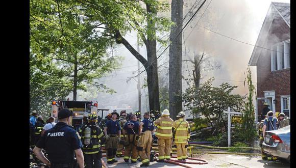 Bomberos trabajan en la escena del incendio de una casa en Garland Street en Edgewood, Pensilvania. (Foto: AP).
