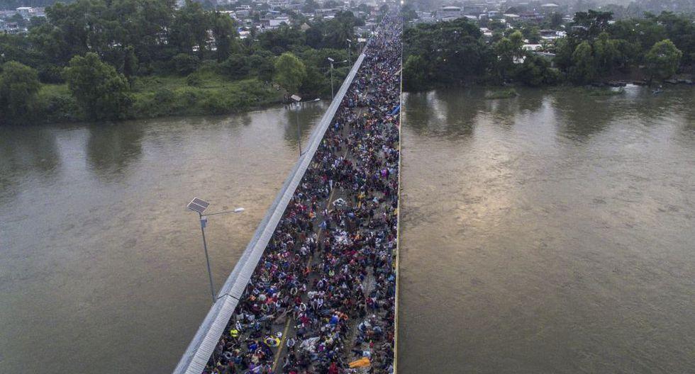 En Huixtla, México, a unos 50 kilómetros al norte de la frontera con Guatemala, miles de personas -en su mayoría hondureños- se detuvieron para descansar y honrar a sus caídos. (Foto: AFP)