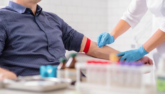 Personl de salud realiza una prueba de sangre a paciente. (Foto referencial: Shutterstock)