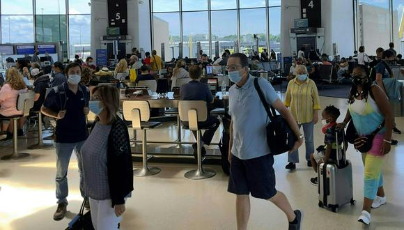 (ARCHIVOS) En esta foto de archivo se ven dentro de una terminal en el Aeropuerto Nacional Ronald Reagan (DCA) en Arlington, Virginia, el 29 de junio de 2021. (Foto de Daniel SLIM / AFP)