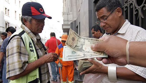 Precio del dólar retrocedió a S/.2,807 en el mercado local