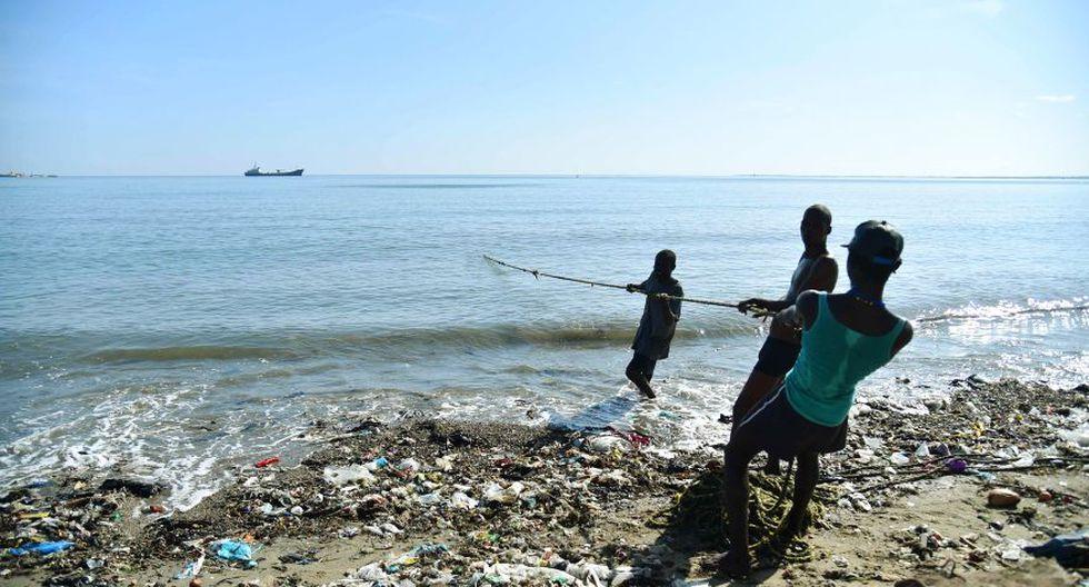 """En el centro de operaciones, se puede constatar la cruel falta de material y la situación empeora cuando se habla de refugios temporales: 90% de las construcciones tienen techos de placas, incapaces de resistir vientos violentos.  """"Hemos aprendido las lecciones de Matthew (el huracán de categoría cuatro que azotó el sur de Haití en octubre pasado) y vamos a llevar a las personas a refugios donde verdaderamente se puedan proteger"""", precisa Petit. (Foto: AFP)"""