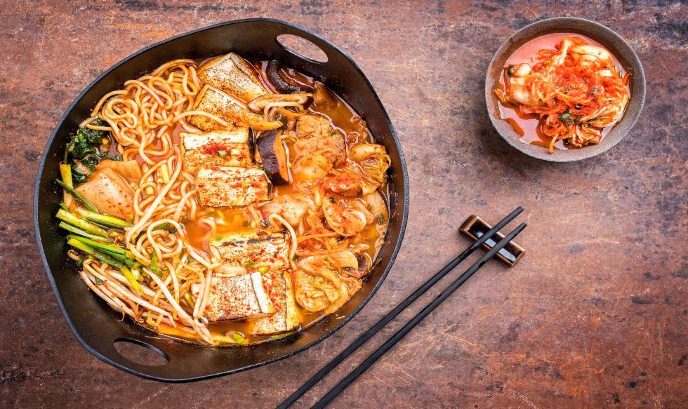 El guiso coreano kimchi jjigae se hace, principalmente, con panceta de cerdo picado, kimchi (col china fermentada), cebollas en rodajas, ajos, pasta de pimiento picante, cebolla china picada (incluidas las hojas) y agua.  / Foto: Shutterstock