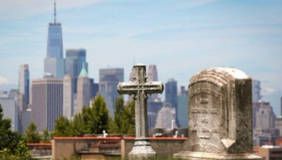 Vista del One World Trade Center y el bajo Manhattan desde The Green-Wood Cemetery, Nueva York, Estados Unidos, 27 mayo 2020. (REUTERS/Brendan McDermid).