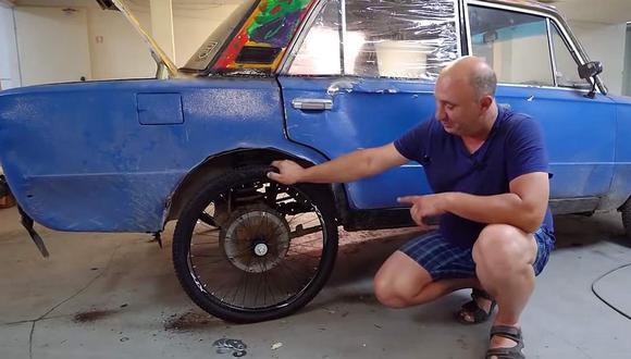 """El popular mecánico 'Vlad' reemplazó los neumáticos posteriores con unos de 26 pulgadas y los delanteros con unos de 20"""". (Youtube)"""