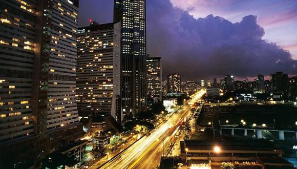 La caída en los precios de la vivienda ha hecho que algunas personas puedan comprar en zonas acomodadas de Caracas, Venezuela.