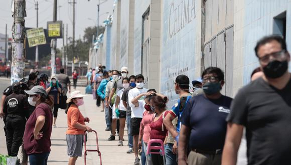 Un grupo de personas hace fila durante el estado de emergencia decretado por el Gobierno Peruano para contener el contagio del COVID-19. (Foto: Ángela Ponce/GEC).