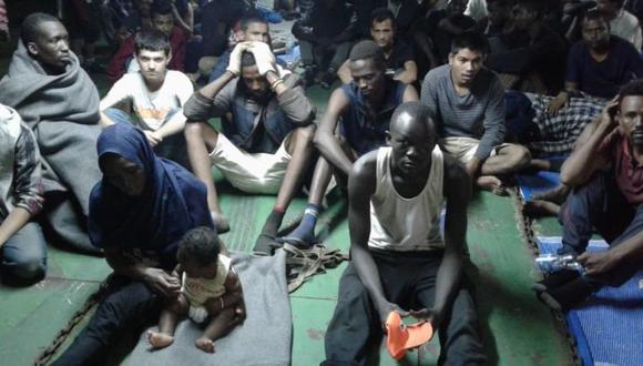 77 migrantes atrapados en un buque tras negarse a desembarcar en Libia (´Foto: AP)