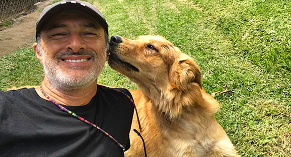 Carlos 'Cachín' Alcántara junto a su perro Pikachú, al que cría como parte de su manada luego que fuera abandonado en la puerta de su chacra. (foto: Cortesía equipo Carlos Alcántara)