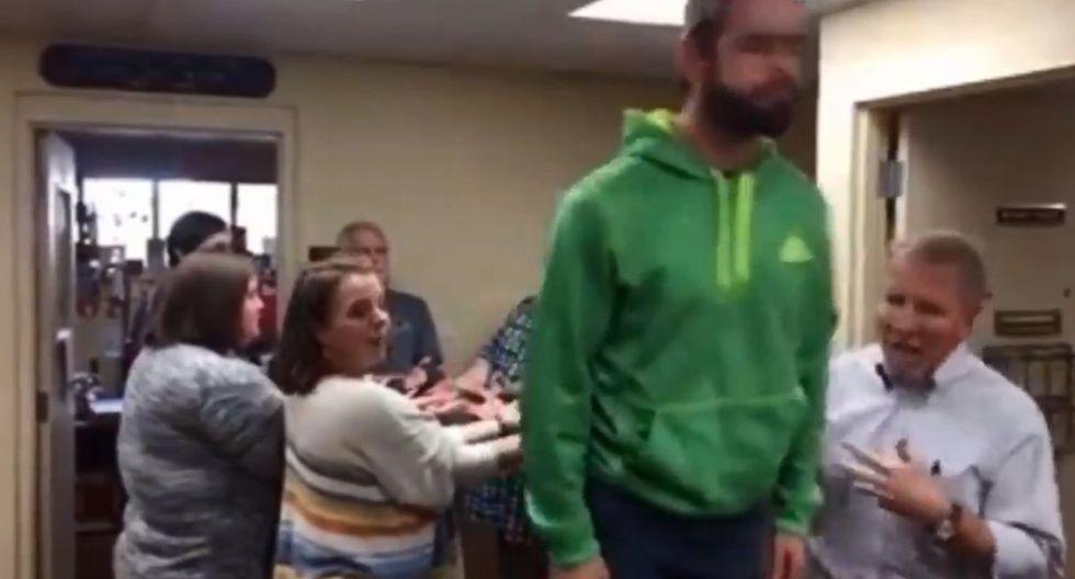 En Facebook fue publicado un divertido video del joven que sufrió un pequeño accidente por confundirse en terapia de su grupo de autoayuda en EE.UU. El clip se hizo viral en redes sociales despertando risas en los usuarios. (Video: Facebook)