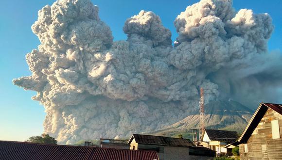 El volcán Sinabung arroja ceniza caliente al cielo en Karo, en el norte de Sumatra, Indonesia, el 2 de marzo de 2021. (Foto de Sastrawan Ginting / AFP).
