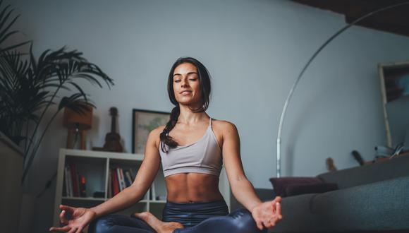 El yoga es una de las pocas disciplinas que no excluye por edad. Todos son bienvenidos, sus beneficios no tienen exclusividad. Puede practicarlo para vencer el estrés, mejorar la flexibilidad o hasta aliviar dolores en el cuerpo. (Foto: Shutterstock)