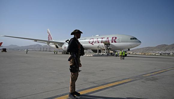 Personal de seguridad de Catar monta guardia cerca de un avión de Qatar Airways en el aeropuerto de Kabul el 9 de septiembre de 2021. (Wakil Kohsar / AFP).