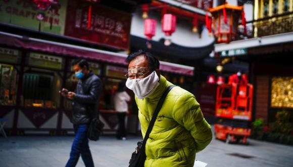 Un hombre con una máscara facial camina en Yu Garden, luego del rebrote de la enfermedad por coronavirus (COVID-19) en Shanghai, China. (Foto: REUTERS / Aly Song)