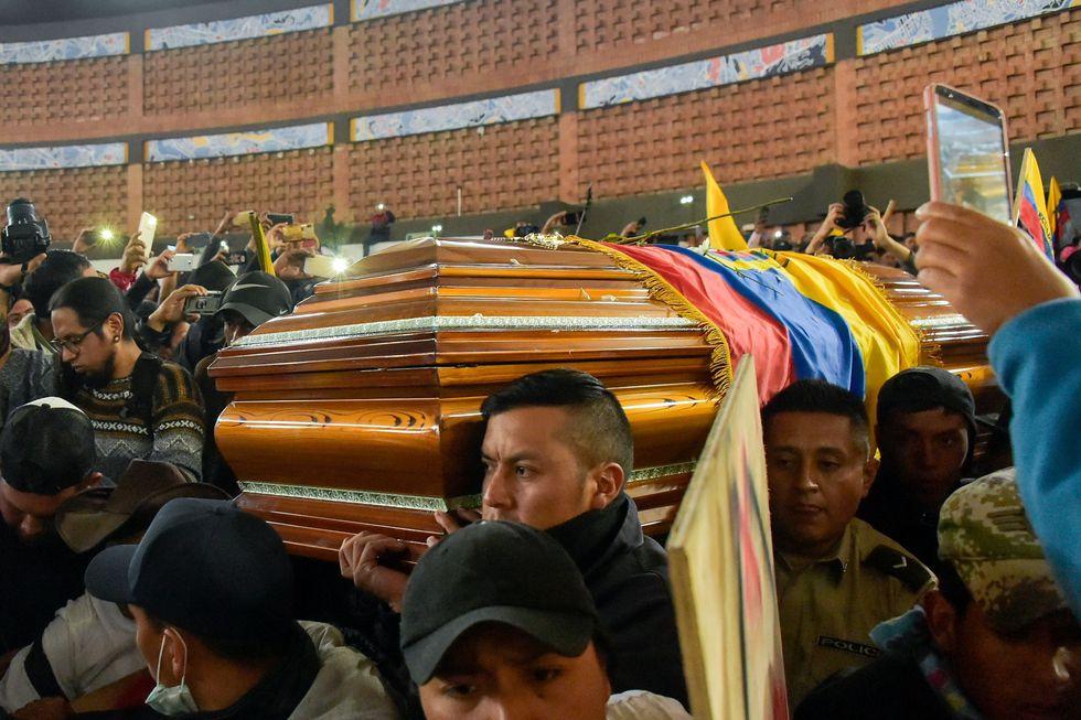 Los policías fueron obligados a cargar el ataúd de un indígena que murió en las protestas del miércoles. (AFP / RODRIGO BUENDIA).