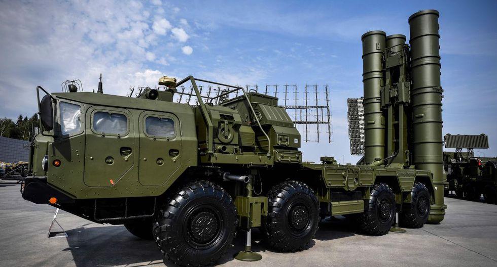 22 de agosto de 2017. El sistema de lanzamiento de misiles antiaéreo ruso S-400 se muestra en el campo de exposición en Kubinka Patriot Park, en las afueras de Moscú. (Foto: AFP)