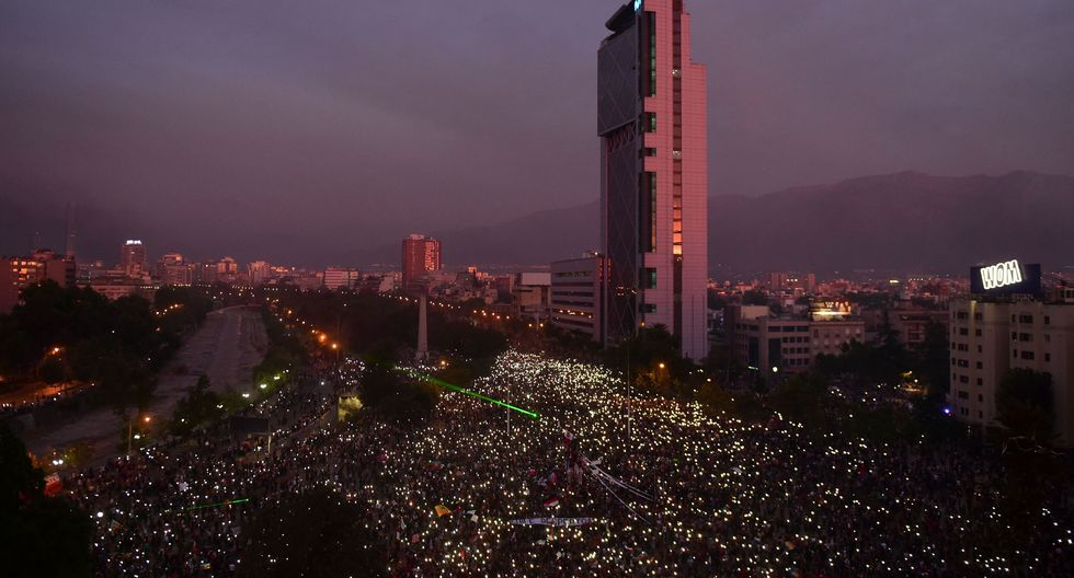 Vista aérea de la plaza Italia de Santiago, donde miles de personas marcharon contra el régimen de Sebastián Piñera hasta la noche. (AFP / Martin BERNETTI).