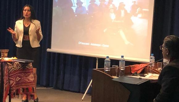 Roxana Quispe Collante expuso la sustentación de su tesis en la Sala de Grados de la Facultad de Letras y Ciencias Humanas. (Foto: San Marcos)