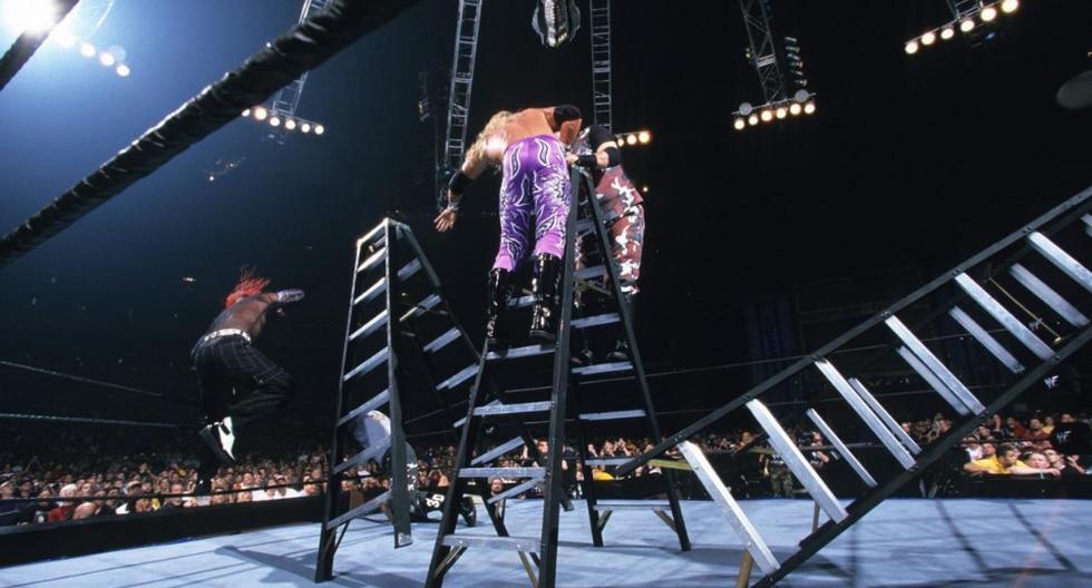 The Dudley Boyz vs. Edge & Christian vs. The Hardy Boyz — Lucha de Mesas, Escaleras & Sillas por el Campeonato Mundial de Parejas en WrestleMania X-Seven. (Fotos: WWE.com)