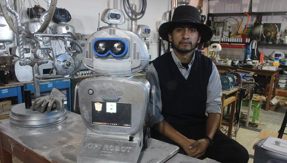 Walter Velásquez, docente de secundaria, ideó a Kipi en su laboratorio en el colegio Santiago Antúnez de Mayolo. (Foto: Yerson Collave)
