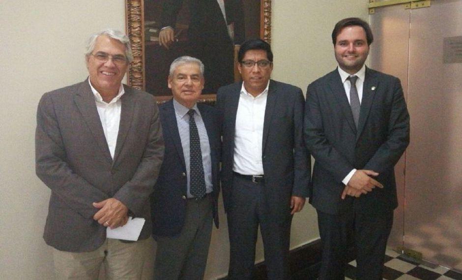 El primer ministro César Villanueva escuchó por hora y media a los tres renunciantes miembros de Peruanos por el Kambio. (Difusión)