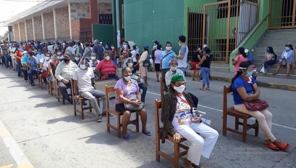 Esta escena fue captada ayer en los alrededores del Banco de la Nación de Tarapoto. Algunas personas cumplieron el distanciamiento social, otras no. (Hugo Anteparra)