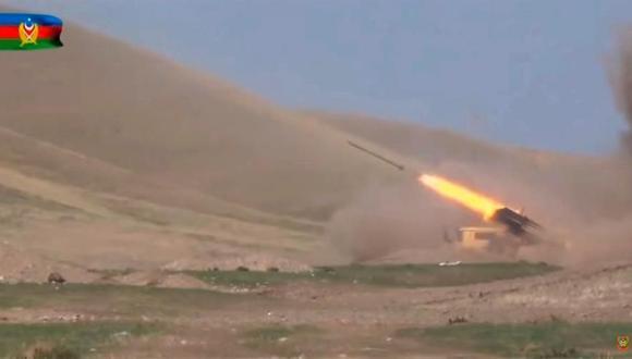 Una de video publicado el 28 de septiembre de 2020 en el sitio web oficial o en el Ministerio de Defensa de Azerbaiyán muestra los combates en Nagorno Karabaj. (EFE).