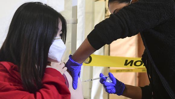 Una estudiante de secundaria recibe una vacuna de Pfizer contra el Covid-19 en EE.UU. (Foto: Frederic J. BROWN / AFP)