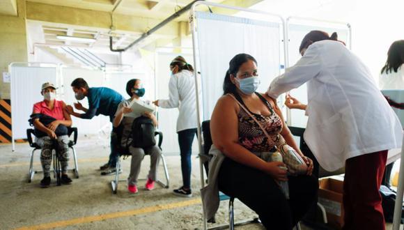 Personas reciben su primera dosis de la vacuna rusa Sputnik V contra la enfermedad del coronavirus (COVID-19), en el estacionamiento del Instituto de Seguridad Social de las Fuerzas Armadas, convertido en un centro de vacunación masiva, en Caracas, Venezuela. (Foto: Archivo/ REUTERS / Leonardo Fernandez Viloria).