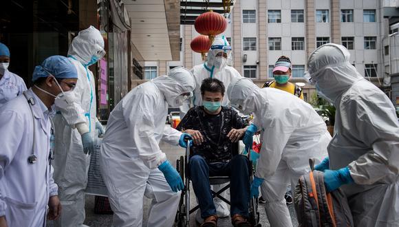 Wuhan fue la ciudad emblemática donde el virus se propagó y obligó a su población a una cuarentena estricta durante 76 días. En la foto del pasado junio, el último paciente recuperado de COVID-19 abandona el hospital de Wuhan. AFP