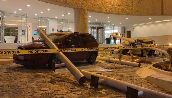 Vista de autos dañados afuera de un hotel luego de un terremoto en Acapulco, estado de Guerrero, México, el 7 de septiembre de 2021. (FRANCISCO ROBLES / AFP).