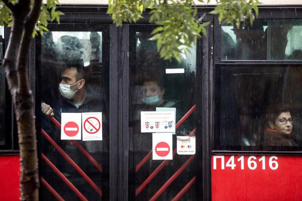 People wearing safety masks travel by bus in Belgrade on October 11, 2021.  Oliver Panick / AFP).