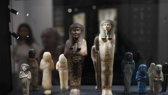 La exposición, abierta hasta finales de 2020, tiene como objetivo transmitir el importancia de los antiguos jeroglíficos para el público moderno pegado a sus teléfonos mediante el uso astuto de emojis. (Foto: AFP)