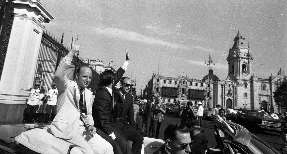 Charles Conrad, Richard Gordon y Alan Bean saludan al público limeño en su salida de Palacio de Gobierno. (Foto: Archivo Histórico El Comercio)