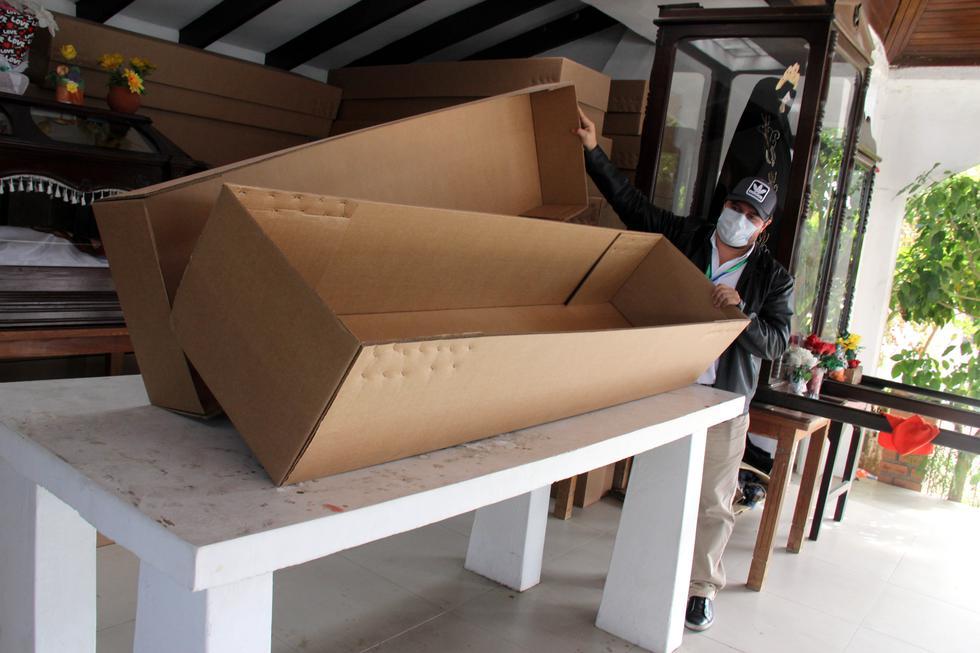 El director de Cementerios de la Alcaldía de Santa Cruz, Ronald Romero, muestra un ataúd de cartón para los entierros de las personas más pobres. (Foto: EFE/ Juan Carlos Torrejón)