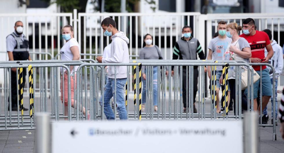 Los empleados de la empresa alemana de procesamiento de carne Tönnies son vistos en medio de jornada de toma de pruebas por coronavirus. (EFE/EPA/FRIEDEMANN VOGEL).