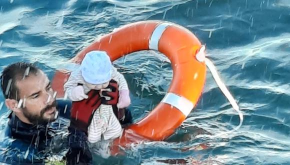 Imagen captada en el preciso instante en que Juan Francisco Valle rescata a un bebé en las aguas heladas de Ceuta. (Twitter / @guardiacivil)