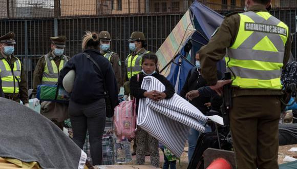 La policía desaloja a migrantes de Venezuela y Colombia que vivían en carpas en la Plaza Brasil en Iquique, Chile. (Foto: de MARTIN BERNETTI / AFP)