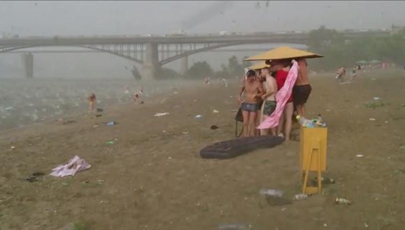 Fuerte granizada arruina día de playa en Siberia