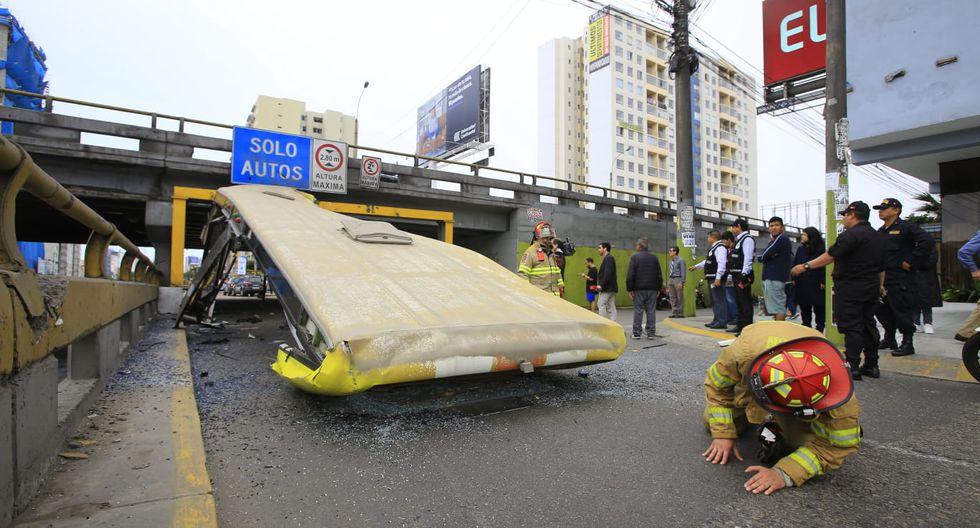 El último domingo, el bus de placa AXV-851 de la empresa de transporte Norcom Corp S.A.C se quedó sin techo luego de impactar contra el arco de fierro que protege al puente ubicado en el cruce de las avenidas La Marina y Brasil, en el límite entre Pueblo Libre y Magdalena. (Foto: Jessica Vicente)