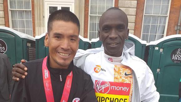 Efraín junto al keniata Kipchoge, ganador de la Maratón de Londres. (Foto: Facebook)