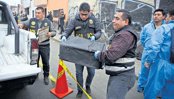 En esta maleta de viaje, abandonada en una calle aledaña a la Plaza de Acho, en el Rímac, la policía encontró tres piernas y dos brazos. También había prendas ensangrentadas. (Marco Ramón / GEC)