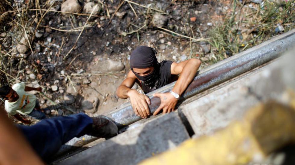 Venezolanos cruzan a Colombia por debajo de los puentes fronterizos | FOTOS. (AFP)