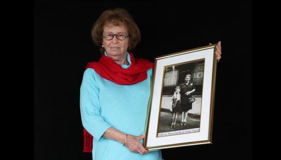 Irene muestra una foto de ella y su madre durante su estancia en París, un año después del final de la guerra. (Foto: El Comercio / Rolly Reyna)